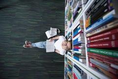 女学生研究在图书馆里 库存照片