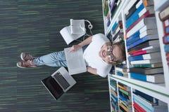 女学生研究在图书馆里 库存图片