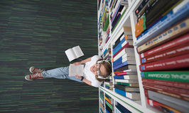 女学生研究在图书馆里 免版税库存照片