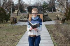 女学生阅读书 免版税库存照片