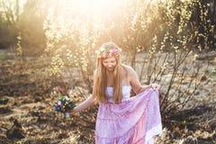 女孩、花卉花圈和春天森林 免版税库存照片