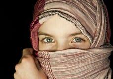 女孩一点件被裹住的披肩 免版税图库摄影