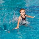 女孩一点使用的池游泳 库存图片