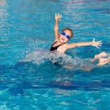 女孩一点使用的池游泳 免版税库存照片