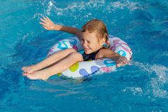 女孩一点使用的池游泳 免版税库存图片