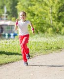 女孩一点公园运行中 免版税库存图片