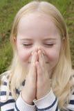 女孩一点室外祈祷 免版税库存照片