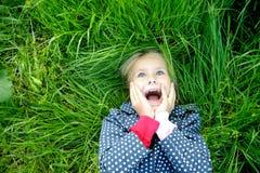 女孩一点惊奇的微笑 免版税库存图片