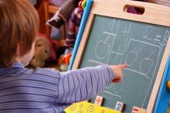 女孩一点数学 免版税库存照片