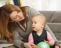 女孩一点母亲使用 免版税库存照片