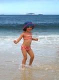 女孩一点海洋使用 免版税库存图片