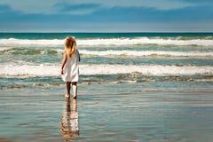 女孩一点海洋走 免版税库存照片
