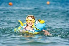 女孩一点海运游泳 免版税图库摄影