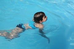 女孩一点游泳 库存照片