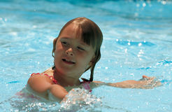 女孩一点游泳 免版税库存图片