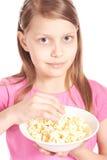 女孩一点玉米花纵向白色 免版税图库摄影