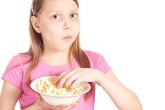 女孩一点玉米花纵向白色 图库摄影