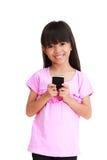 女孩一点移动电话微笑 库存图片