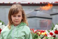 女孩一点纪念最近的立场 免版税库存图片