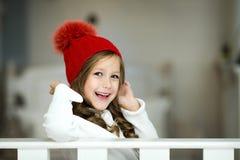 女孩一点纵向微笑 美丽的小女孩庆祝圣诞节 图库摄影