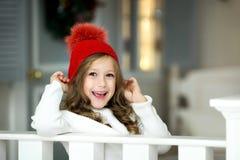 女孩一点纵向微笑 美丽的小女孩庆祝圣诞节 库存照片