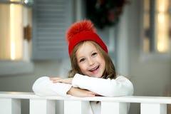 女孩一点纵向微笑 美丽的小女孩庆祝圣诞节 免版税库存照片