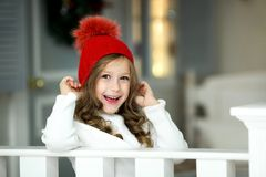 女孩一点纵向微笑 美丽的小女孩庆祝圣诞节 库存图片