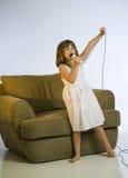 女孩一点话筒唱歌 免版税库存照片