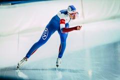 女孩一连续轨道滑冰场的速度溜冰者 库存图片