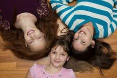 女孩三个年轻人 免版税库存照片