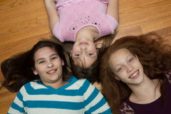女孩三个年轻人 免版税图库摄影