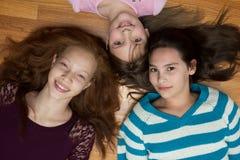 女孩三个年轻人 库存照片