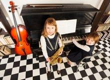 从女孩上面的看法在乐器使用 免版税库存照片
