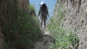 女孩下来在含沙岸的海滩 影视素材