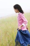 女孩下来小山运行中 免版税库存图片