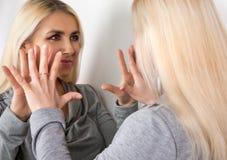 女孩与你自己谈话在镜子 免版税库存图片