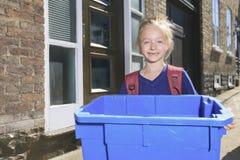 女孩与回收站外面 免版税库存照片