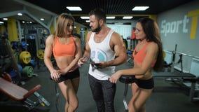 女孩与教练谈论锻炼 股票视频