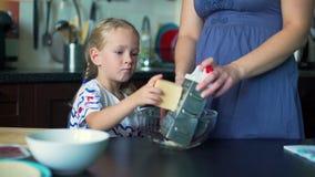 女孩与母亲的磨碎乳酪 影视素材