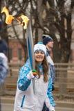 女孩与火炬的领导人奔跑 免版税库存照片