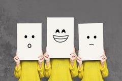 女孩与白板的覆盖物面孔 套被绘的情感 库存图片