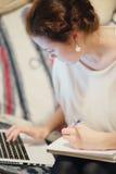 女孩与膝上型计算机一起使用 免版税库存图片