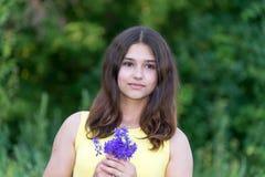 女孩与野花花束的14岁  库存照片