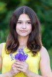 女孩与野花花束的14岁  免版税库存照片