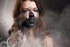 女孩与组成和电子香烟制造云彩 免版税图库摄影