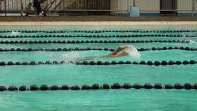 女孩严谨地在接踵而来的体育运动游泳竞赛的蝶泳被训练 活动公共 股票视频
