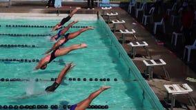 女孩严谨地在接踵而来的运动游泳竞赛的适当的体育潜水被训练 活动公共 股票录像