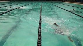 女孩严谨地在接踵而来的运动游泳竞赛的sidestroke被训练 活动公共 股票录像