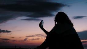 女孩为在人脉的直播使用智能手机 影视素材
