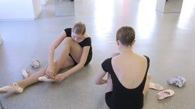 女孩为在舞蹈课的芭蕾教训做准备 股票视频